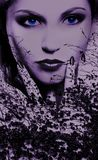 Blaue Augen einer mysteriösen Frau Lizenzfreies Stockfoto