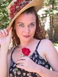 Blaue Augen, rote Rose Lizenzfreie Stockfotografie