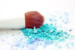 Blaue Augenschminkeverfassung u. -pinsel mit flachem dof lizenzfreie stockfotos