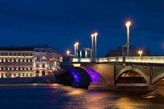 Blaue August-Nacht an der Ankündigungs-Brücke St Petersburg, Russland Stockbilder