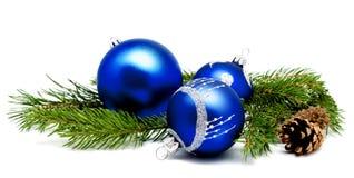 Blaue Bälle der Weihnachtsdekoration mit Tannenzapfen und Tannenbaumkleie Lizenzfreie Stockfotos