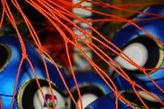 Blaue Bälle und orange Schnüre, Hintergrund Stockfotos