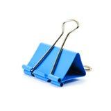 Blaue Büroklammer auf weißem Hintergrund Stockfotos