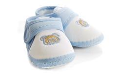 Blaue Babyschuhe getrennt auf weißem Hintergrund Lizenzfreies Stockfoto