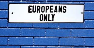 Blaue Backsteinmauer der Apartheidszeichen-Europäer nur Stockfotos