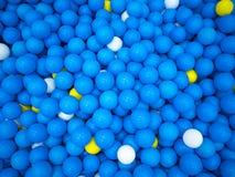 Blaue Ballspielzeugkindergelb-Hintergrundressource stockfotografie