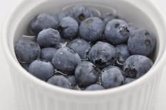Blaue Beeren in einer weißen Schale stockfoto