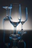 Blaue beleuchtete Gläser auf Tabelle Lizenzfreies Stockbild