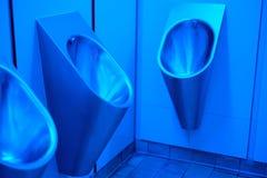 Blaue Beleuchtung in der Bequemlichkeit der Männer stockbild