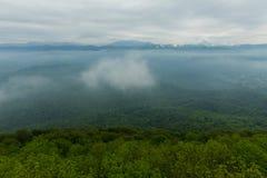 Blaue Berge im Nebel und im grünen Tal Lizenzfreies Stockbild