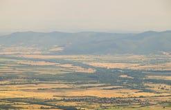 Blaue Berge und gelbe Wiese in Bulgarien Stockfotos
