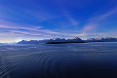 Blaue Berge und Lavendelwolken Stockfotos