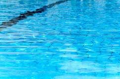 Blaue Beschaffenheit des Wassers Swimmingpool Omer, Negev, am 27. Juni 2015 in Israel Lizenzfreies Stockfoto