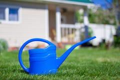 Blaue Bewässerungsdose Stockfoto