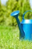 Blaue Bewässerungsdose Stockbilder