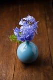 Blaue Bleiwurzblumen im Vase Lizenzfreies Stockfoto