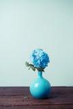 Blaue Bleiwurzblumen im Vase Lizenzfreie Stockfotos