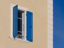 Blaue Blendenverschlüsse und Himmel Stockfotografie