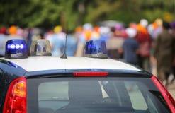 Blaue Blinklichter des Polizeiwagens Stockfotos