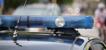 blaue Blinklichter des Polizeiwagens an Sportveranstaltung Lizenzfreie Stockfotos