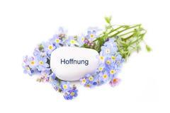 Blaue Blumen mit Stein - Hoffnung Lizenzfreies Stockfoto