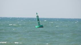 Blaue Boje schwingt auf Wellen im Meer stock footage