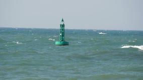 Blaue Boje schwingt auf Wellen im Meer stock video footage