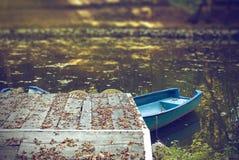 Blaue Boote auf See in der Herbstjahreszeit Stockbilder