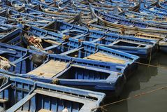 Blaue Boote im Hafen Stockbild