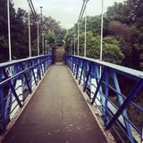 Blaue Brücke auf dem Fluss Stockbild