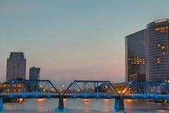 Blaue Brücke in Grand Rapids lizenzfreie stockbilder