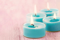 Blaue brennende Kerzen lizenzfreie stockfotos