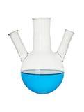 Blaue chemische Flüssigkeit in der medizinischen Flasche, Retorte lokalisiert auf Weiß lizenzfreie stockfotos