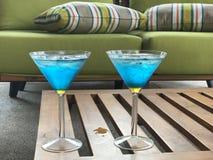 Blaue Cocktails auf Couchtisch Lizenzfreies Stockbild