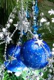 Blaue cristmas Kugeln auf Tannenbaum Lizenzfreie Stockbilder