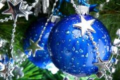 Blaue cristmas Kugeln auf Tannenbaum Stockbilder