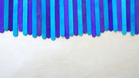 Blaue cyan-blaue Eiscreme-Stöcke auf hölzernem Hintergrund Stockfotos