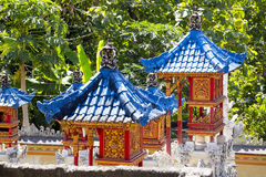 Blaue Dächer des guten Geistes der Häuser, Nusa Penida, Indonesien Stockfotos