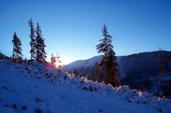 Blaue Dämmerung in den Bergen Stockfoto