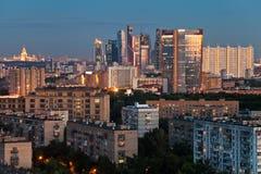 Blaue Dämmerung des Spätsommers über Moskau-Stadt Lizenzfreie Stockbilder