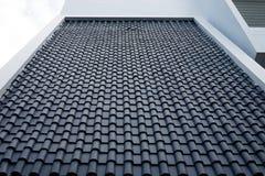 Blaue Dachplatte auf weißem Gebäude Lizenzfreies Stockbild