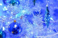 Blaue Dekoration auf Weihnachtsbaum Stockfoto