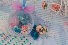 Blaue dekorative Kugel Stockfotografie