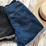 Blaue Denim-kurze Hosen zurück stockfoto