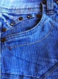 Blaue Denimtasche mit braunen Bolzen stockbilder