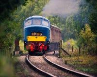 Blaue Diesellokomotive auf mittlerer Norfolk-Eisenbahn Lizenzfreies Stockfoto