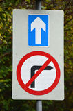 Blaue direkte und keine rechtsdrehende Verkehrsschilder Lizenzfreies Stockfoto