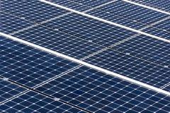 Blaue drehende Sonnenkollektoren kippten Achsenverfolger, zukünftiges Energiekonzept Stockfoto