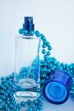 Blaue Duftstoff-Flasche stockfotografie