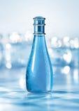 Blaue Duftstoffflasche Lizenzfreie Stockfotografie